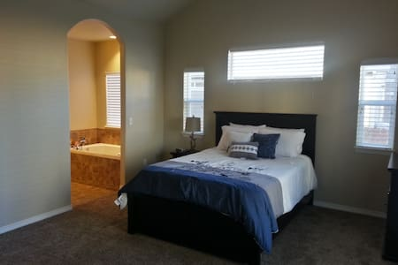 Your Home Away From Home! Master Bedroom - Frederick - House
