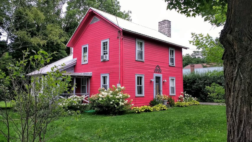 THE RED COTTAGE on Red Creek in Coop!! - Cooperstown - Huis