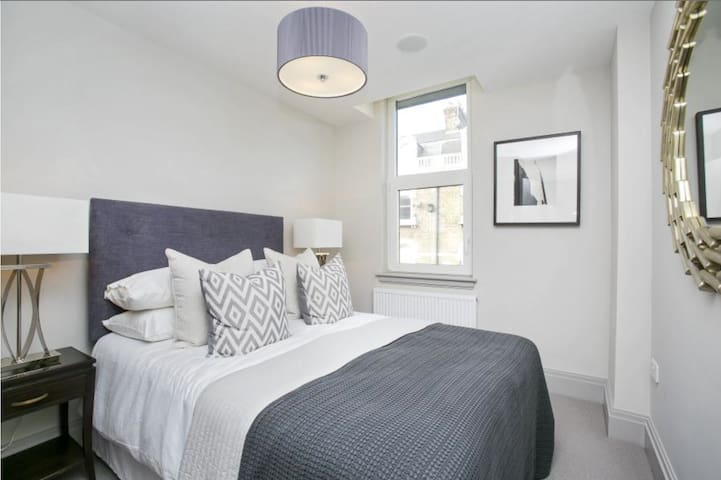 Heart of Richmond, Modern Two Bed, Two Bath Flat - Richmond