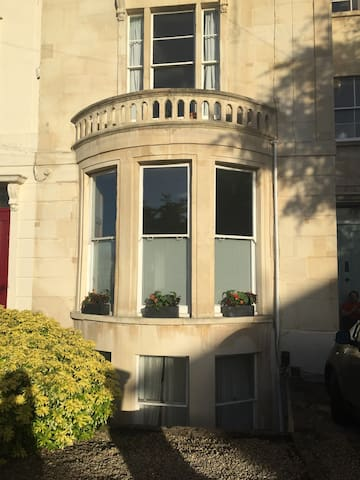 Spacious & elegant room with large armchair & TV - Bristol - Apartment