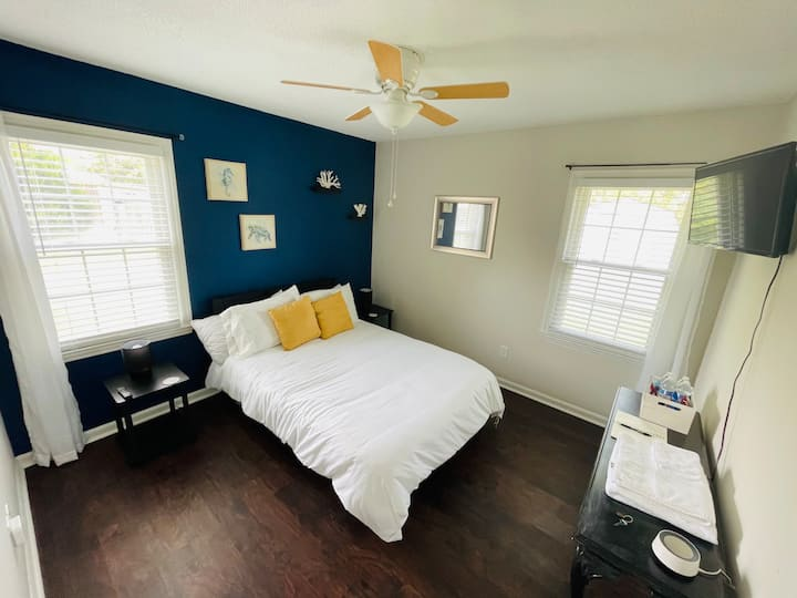 Clean,Affordable Bedroom | 12 mins to DT and Beach