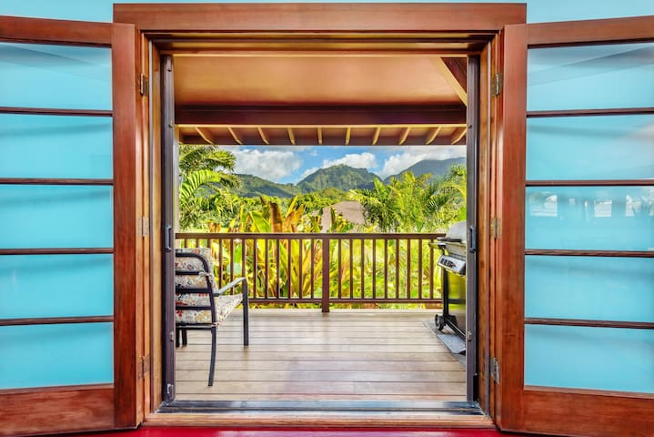 Hanalei Waterfall House: Walk to Hanalei Bay, River, shops and restaurants.