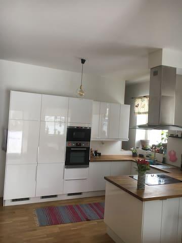 Stor lägenhet under sommaren! - Östersund - Byt