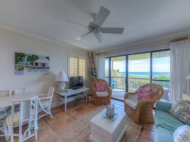 Cozy Gulf-front Condo, Amazing view, Charcoal grills, On the beach