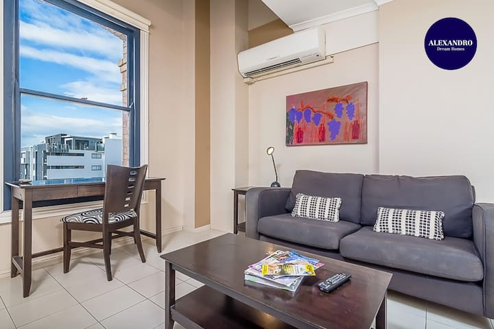 PERFECTLY LOCATED//1 BEDDER W/ GYM, SPA, & PARKING