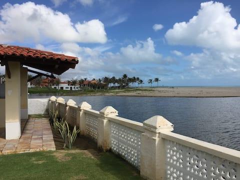 Bela casa na Praia do Presídio, em frente ao mar