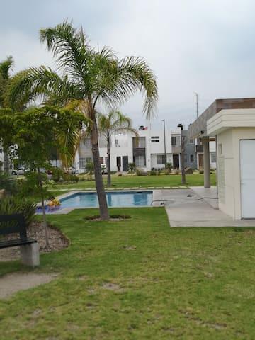 Hermosa Casa en Fraccionamiento con Alberca CFDI*