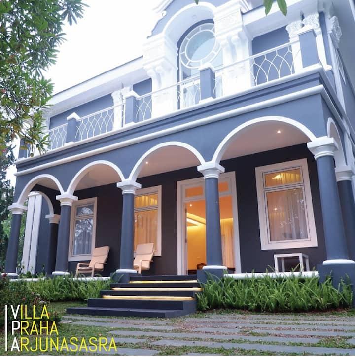 Luxurious 3-Br Villa Praha Arjunasasra