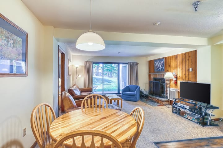 Family-friendly condo on route to slopes w/shared pool/hot tub/gym