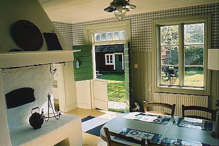 1800-tals stuga på liten hästgård mitt i Böda by