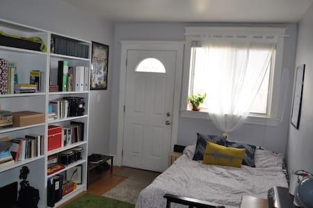 Cozy 1  bedroom & private entrance close to subway - Toronto - Apartmen