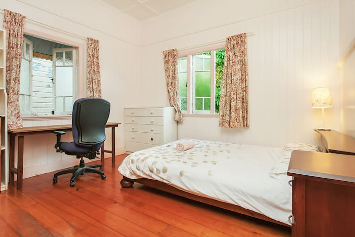Lovely Room in a Queensland Cottage - West End - House