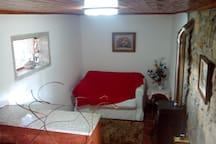 Sala com TV, sofa-cama e Lareira