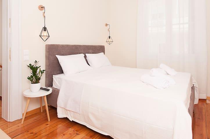 Υπνοδωμάτιο με διπλό κρεβάτι, τηλεόραση με NETFLIX, air condition, ντουλάπα, έπιπλο για βαλίτσα και γραφείο με καρέκλα, κουφώματα με σίτες