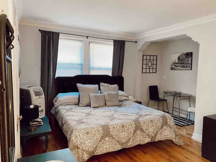 Cute studio with King bed near the lake