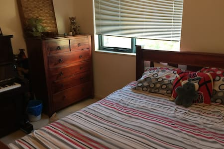 Queen bed +  private bathroom - Sutherland