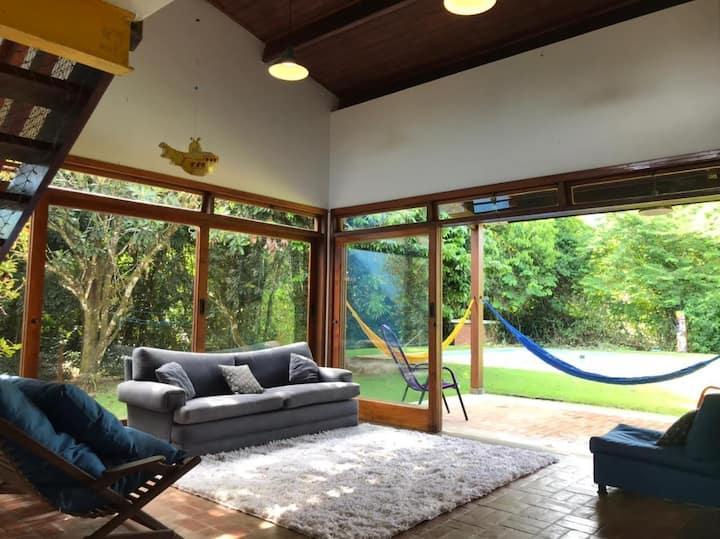 Casa charmosa com piscina em condomínio fechado!