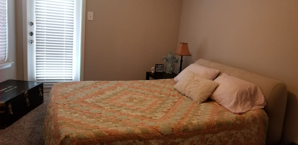 Very quiet spacious 1 Bedroom with queen sized bed