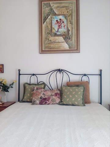 Κρεβατοκάμαρα με σιδερένιο  κρεβάτι, στρώμα ανατομικό πρόσφατα αγορασμένο και πίνακα με αγγελάκια!