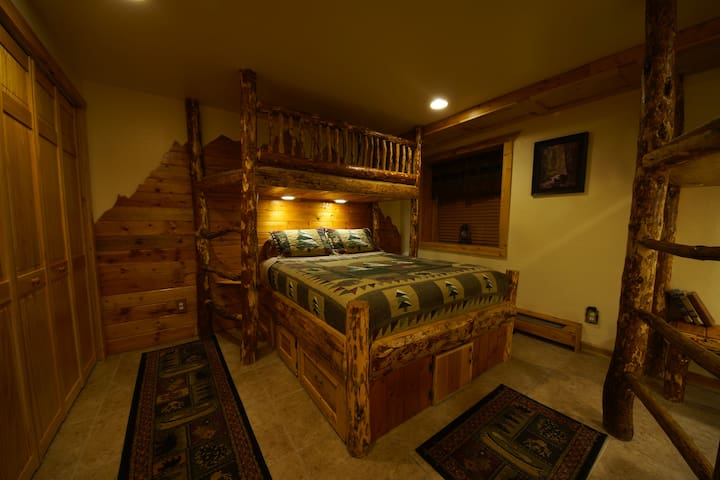 Bear Room @ Indian Ridge Lodge 1 Queen, 3 Bunks