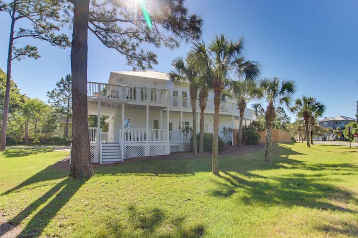 Beautiful home w/ private pool & furnished deck - walk to the beach