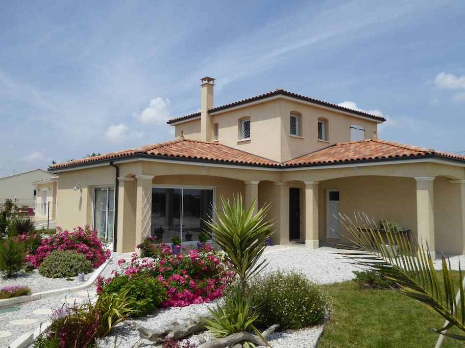 Villa chrysolige maison bord de la mer royan maisons for Royan la maison blanche