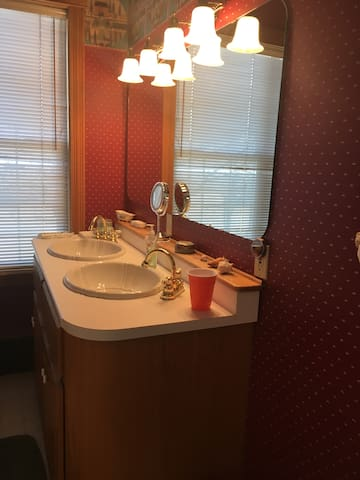 Cozy Rm. for 1-private washroom-Heritage Home.