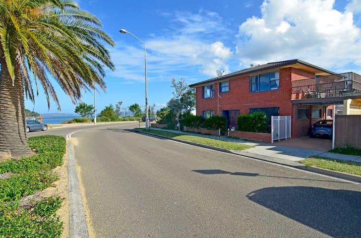 The Ettalong Beach Waterfront Apartment - Ettalong Beach - Daire