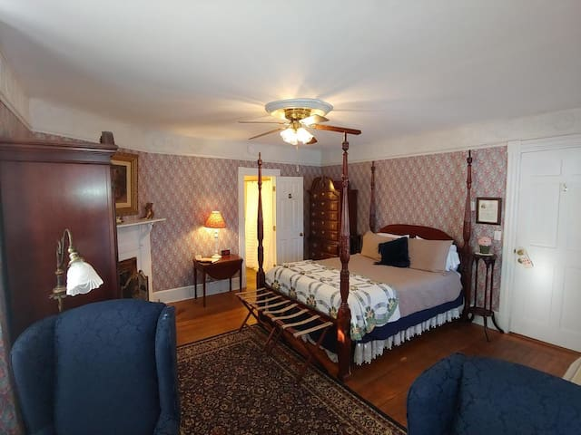 Historic Cornell Inn B&B - Barbara · Queen Room with bathtub and wood-burning fireplace