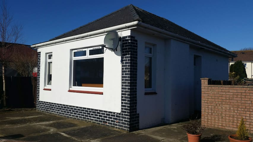 Beautiful, bright detached bungalow - Prestwick - Apartmen