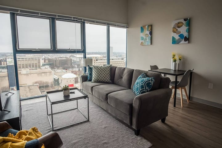 Open + Airy 1BR Apt in Downtown