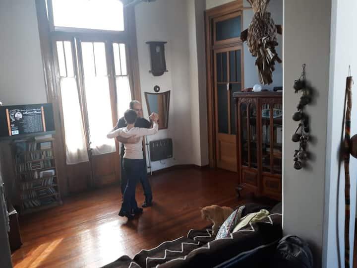 Aulas em casa, com mate e medialunas