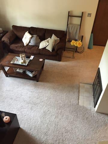 Cozy Apartment Loft -Pool, Gym, Walking Trails