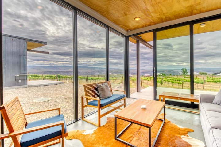 Modern tiny home w/ patio, river views & walk to Cave B & Gorge Amphitheater