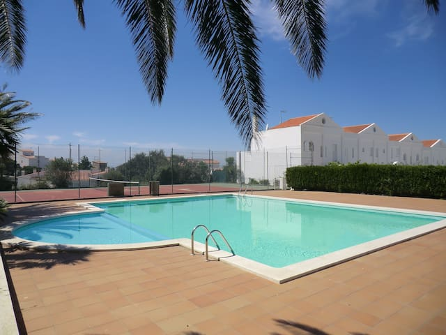 Semi-detached house in Roses (Puig Rom), in quiet residential amb pool and tennis court. - Roses - House