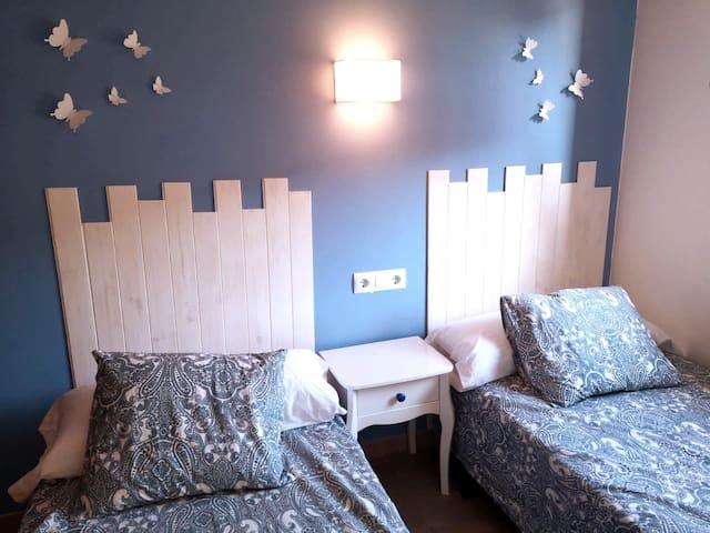 Habitacion doble con armario empotrado y ventilador de pared