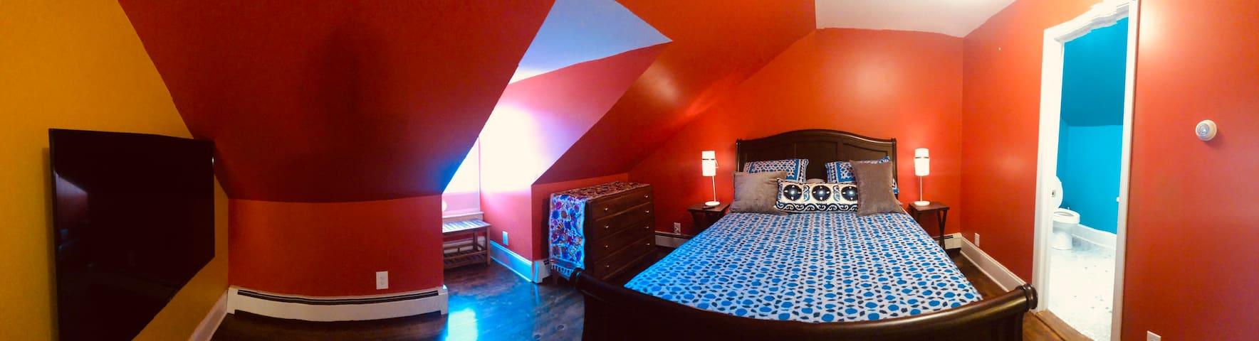 2nd bedroom queen size Temperpedic bed