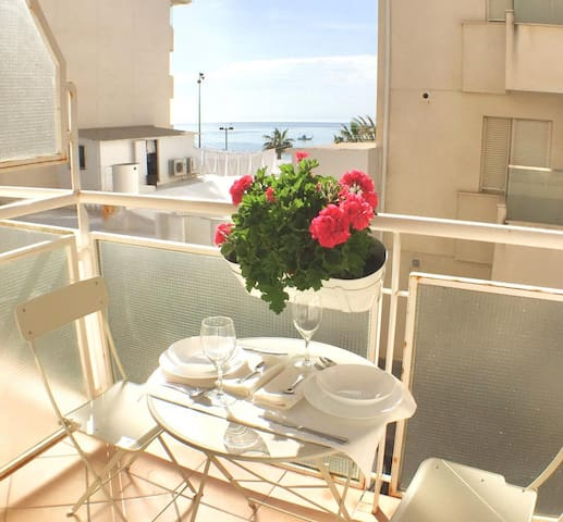 Elegant Apartment on the Seaside with Balcony, Beautiful View, Wi-Fi and Air Conditioning; Parking Available
