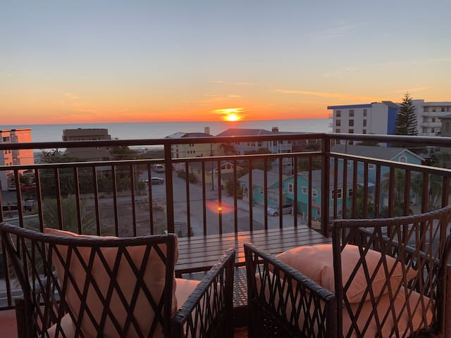 Two Bedroom Condo With Views Of The Beach & Gulf