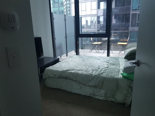 Spacious Double room in Southbank with Pool.