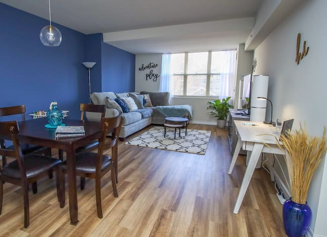 Downtown Luxury 1BR, King Bed, Pool, Gym & Parking