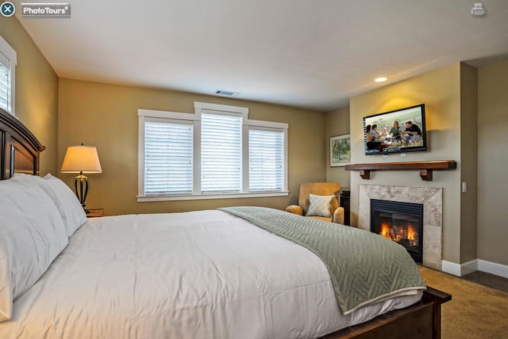 Master Bedroom:Kingsize Bed with Fireplace & TV.