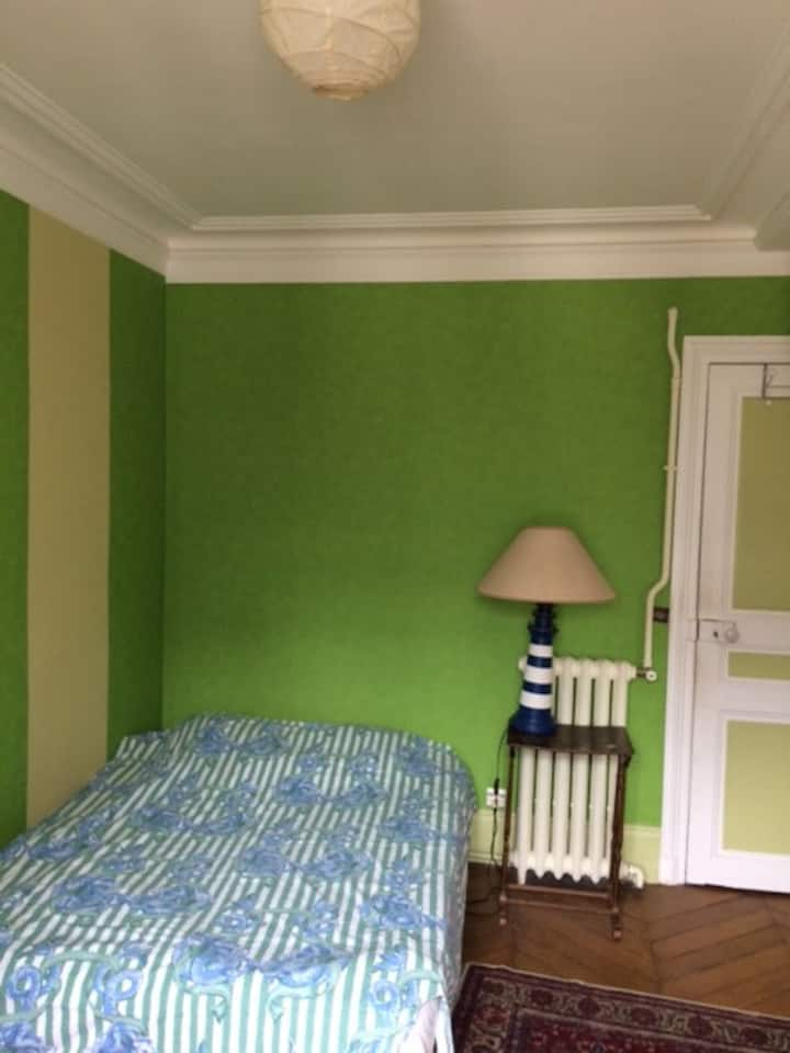 grande chambre dans appartement haussmannien