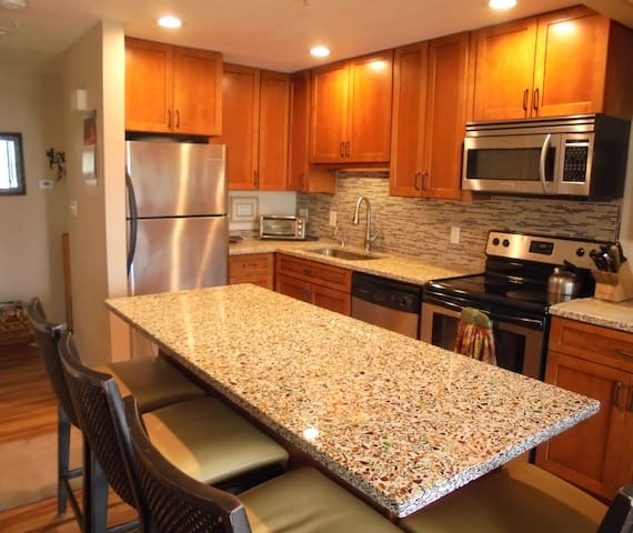 Downtown on Pearl St. w/mtn. view! - Boulder - Apartment