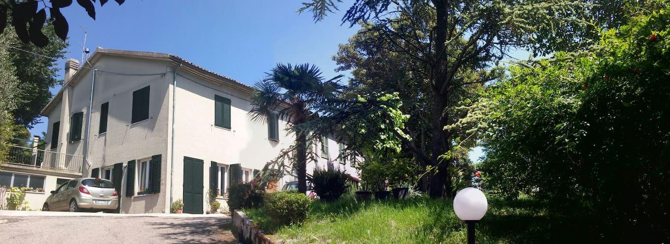 Stanza Rosa immersa nel verde - Pesaro - House