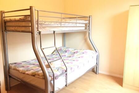Double Bulk Bed near Tube&Shop 16/2 - Lontoo - Talo