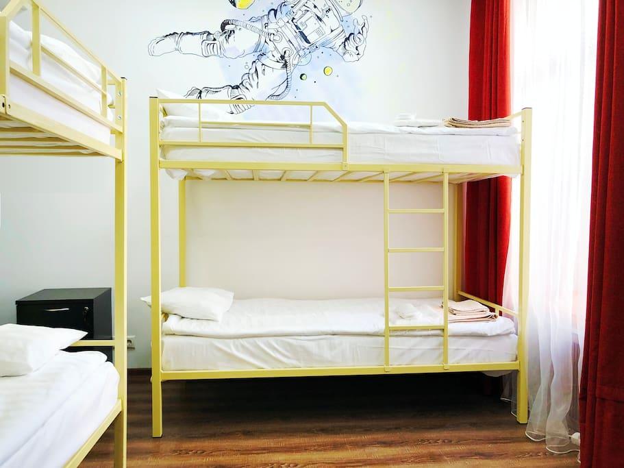 Спальное место на двухъярусной кровати