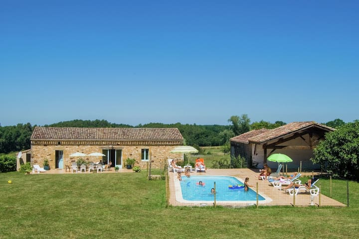 Cottage in the countryside with beautiful view, enclosed private pool and BBQ.