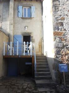Gite de charme dans ancien village fortifié.