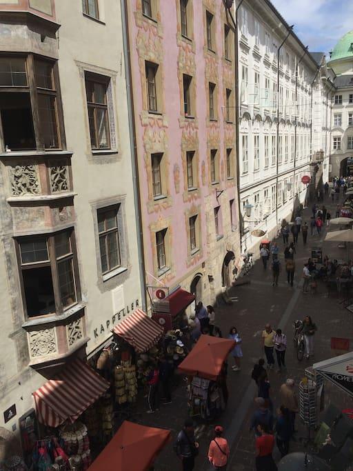 "view to the ""golden roof"" from the living room and the bedroom/ Aussicht zum ""Goldenen Dachl"" vom Wohnzimmer und SchlafzimmerSchlafzimmer/ vista sul ""tetto d'oro"" dal salone e dalla camera da letto"